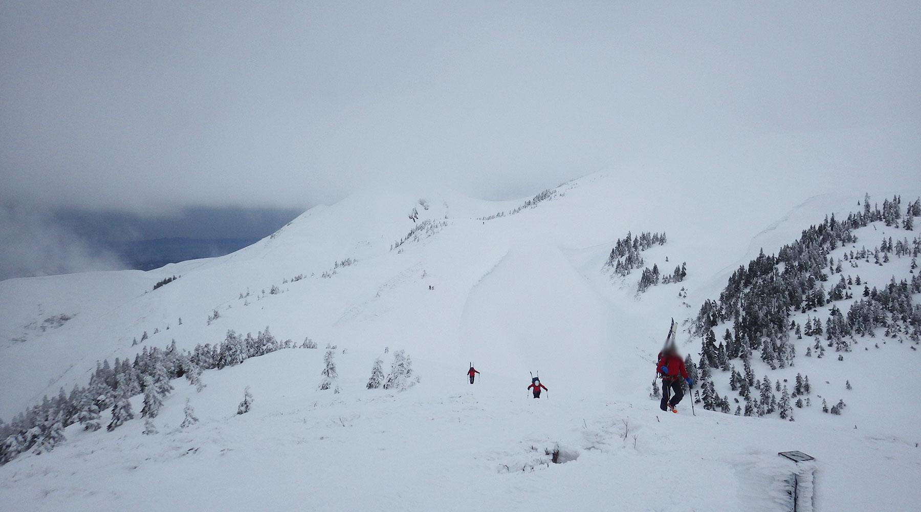 巻機山から戻ってくる山スキーヤー