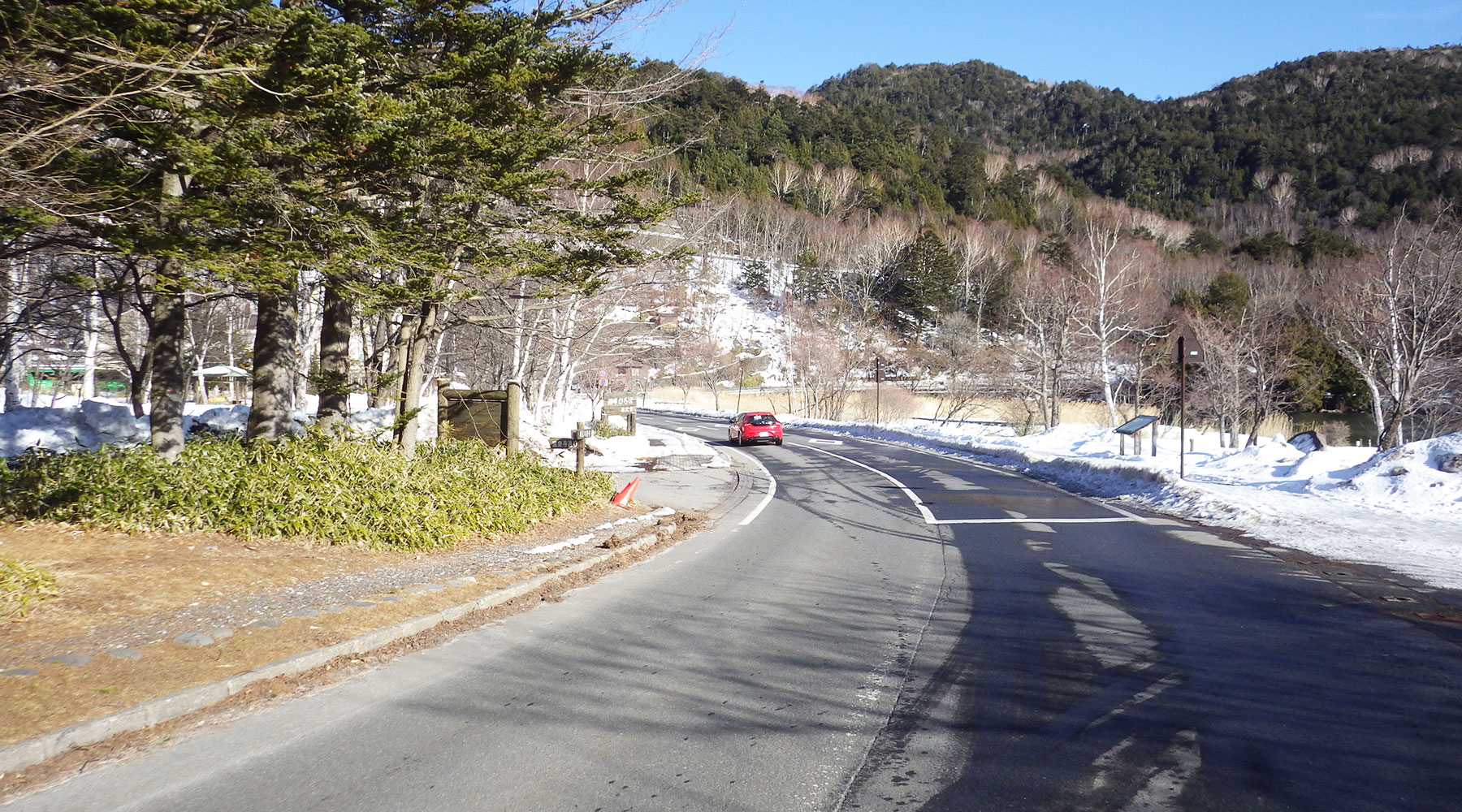 湯ノ湖近くの道路