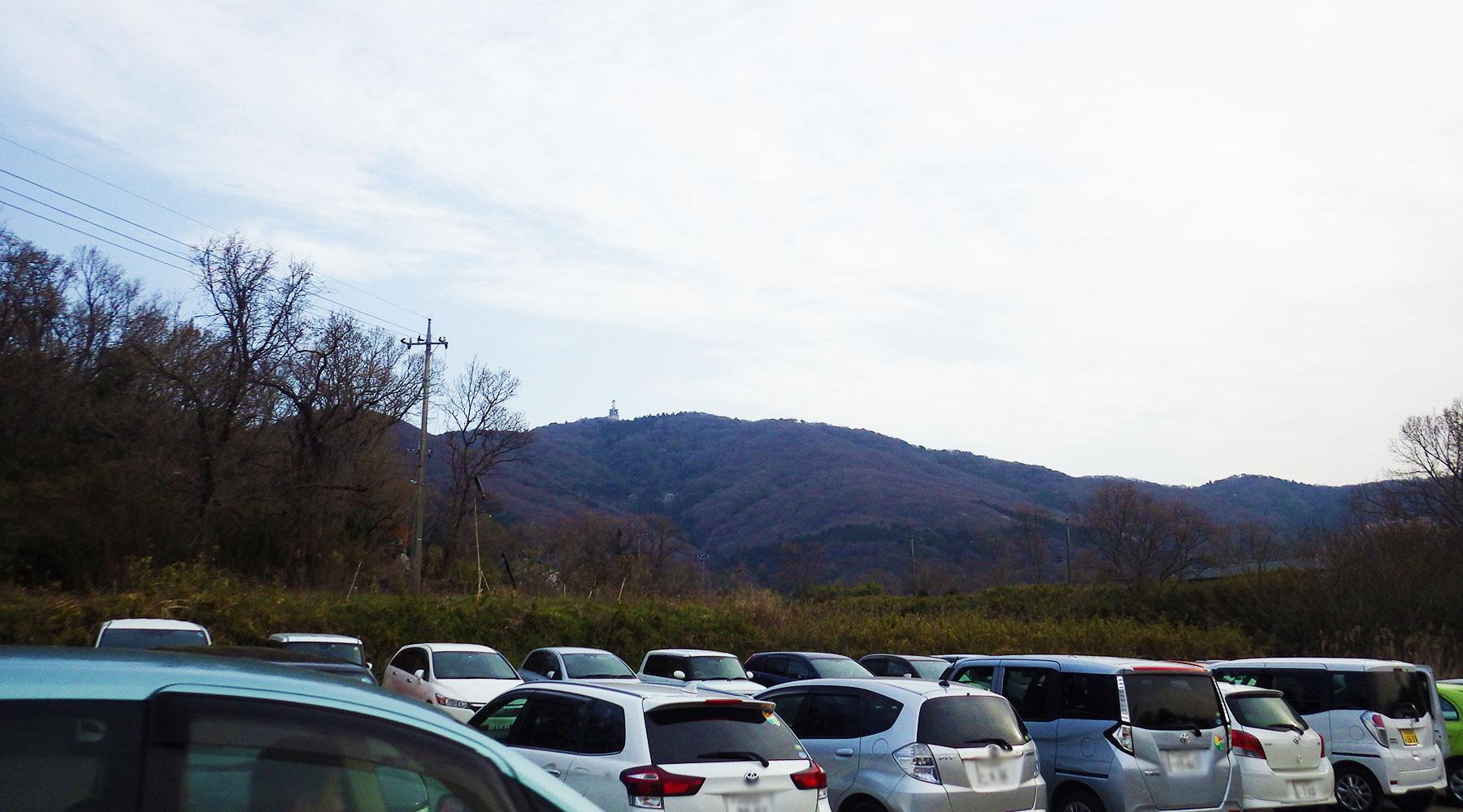 駐車場から見る宝篋山山頂の電波塔