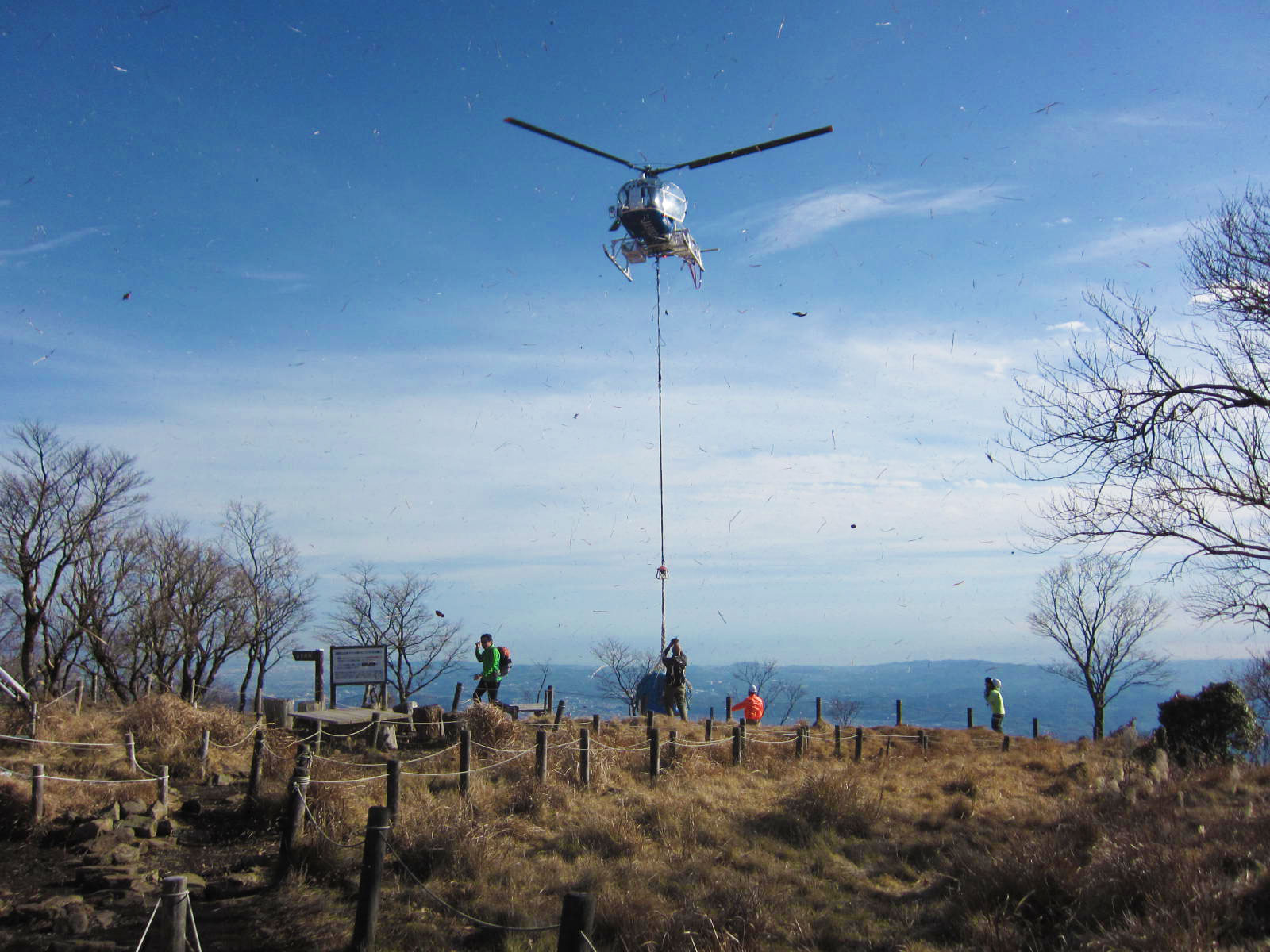 鍋割山荘へのヘリ空輸