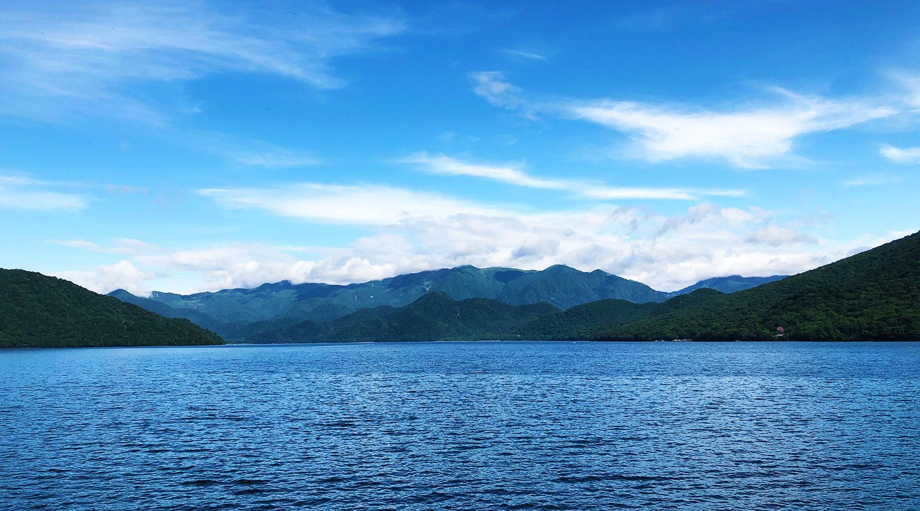 中禅寺湖東岸から見た日光白根山方面