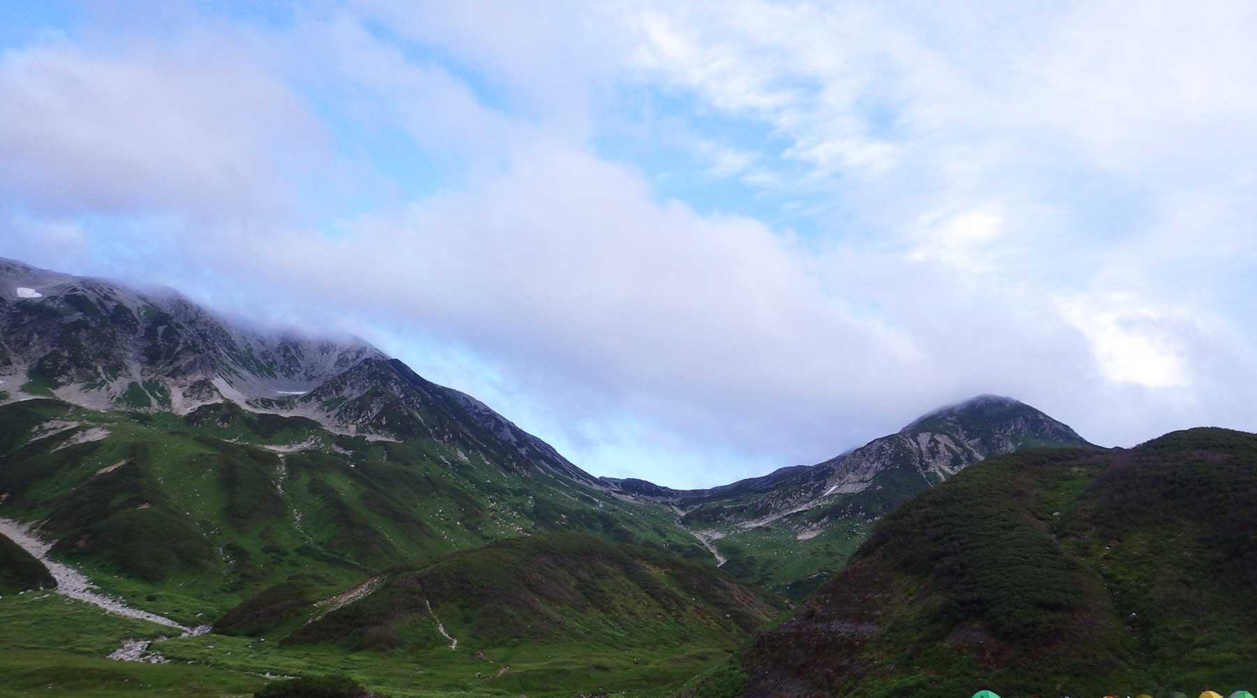 雷鳥沢キャンプ場から見た一ノ越のコル