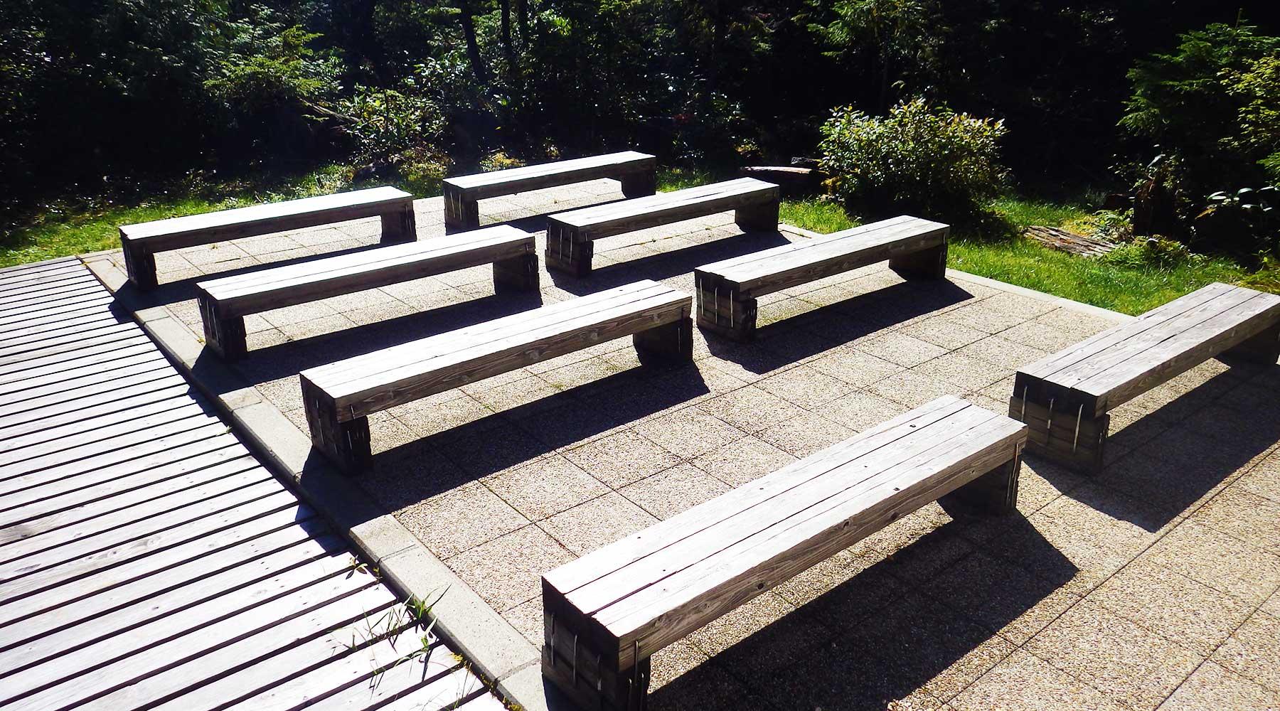 田代山避難小屋のベンチ