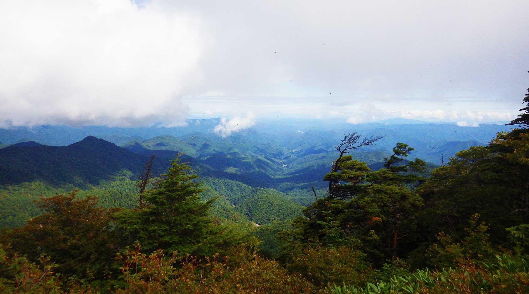 帝釈山から見た木賊温泉方面