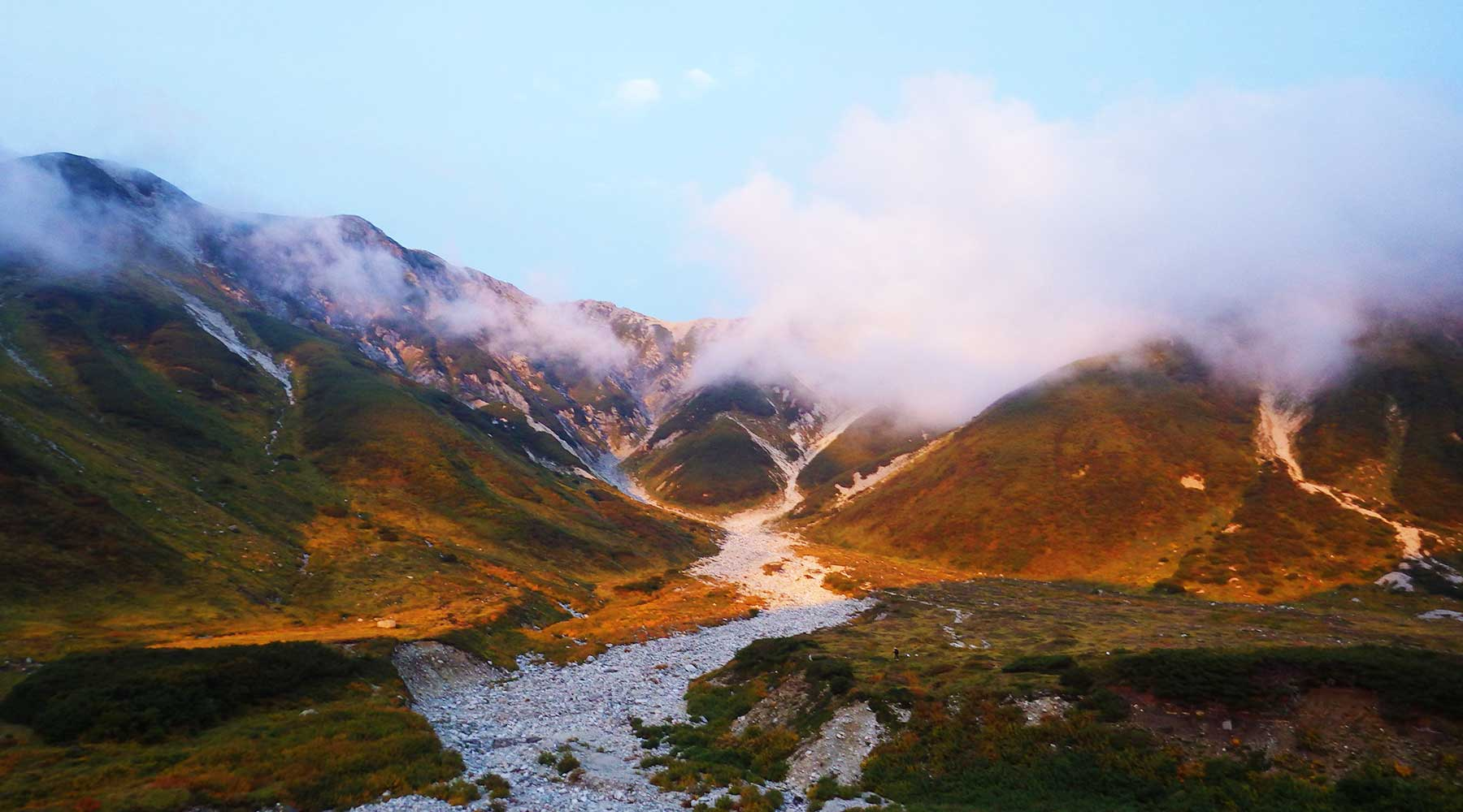 別山の方に照る夕日