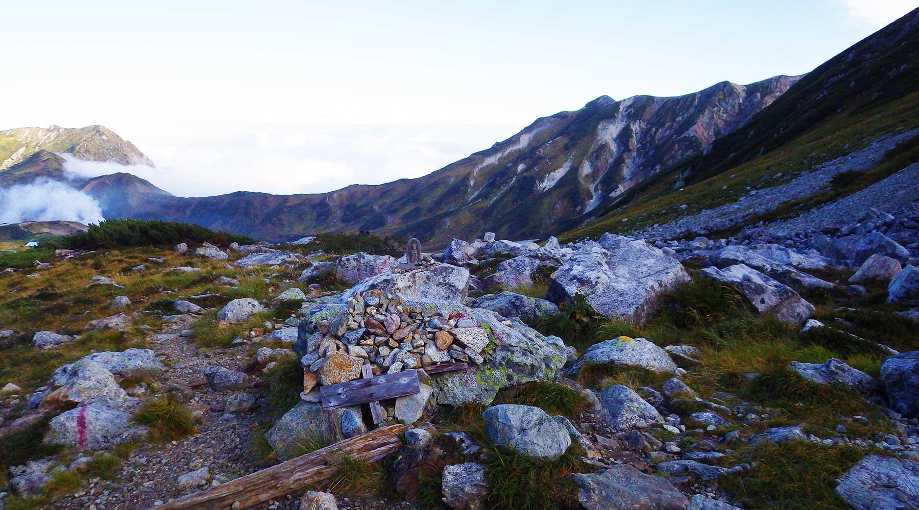 雷鳥沢キャンプ場から一ノ越へ登るルートと、室堂から上がるルートの合流地点