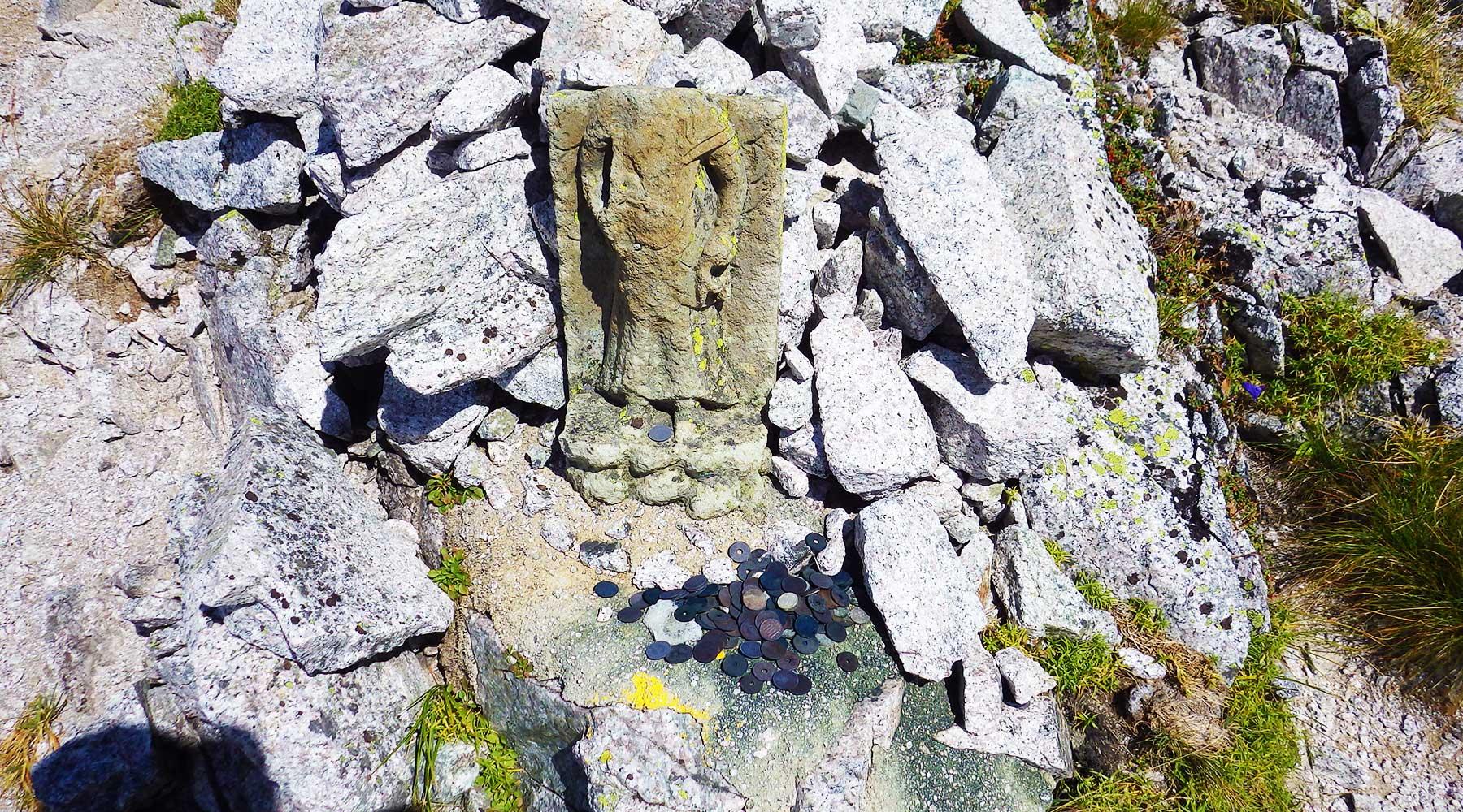 首の落ちた石仏