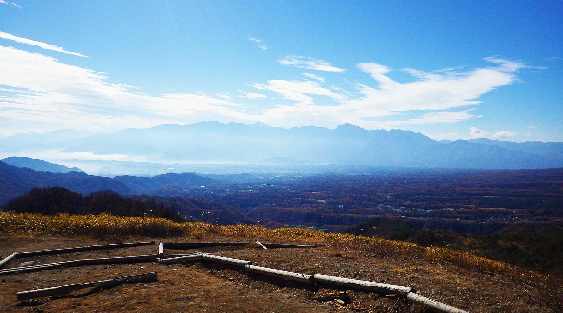 飯盛山山頂の肩は広場っぽくなっている