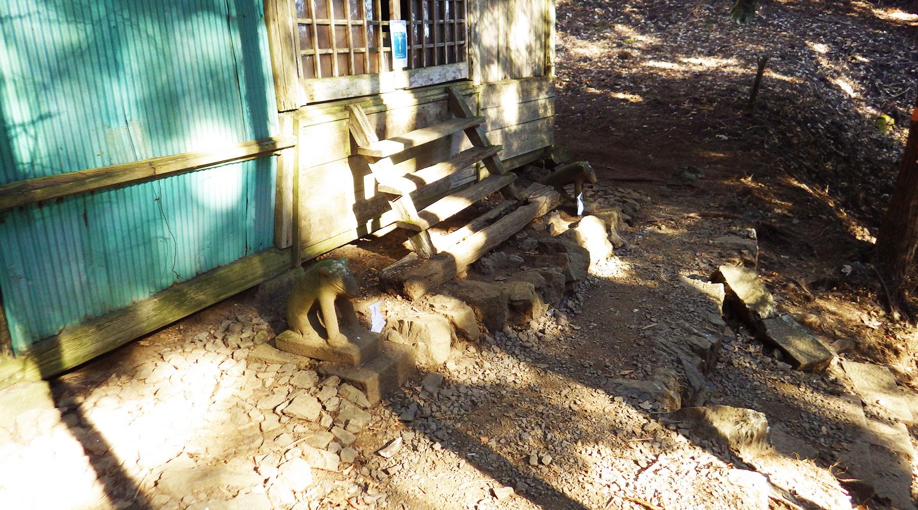 大岳神社の狛犬はオオカミ