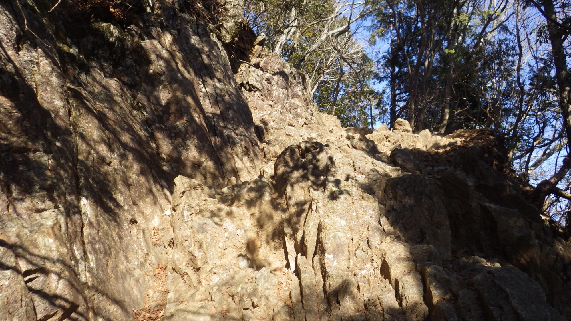 大岳山山頂下の岩場