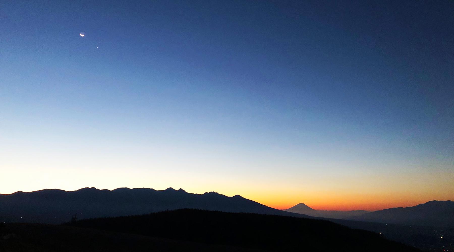 朝焼けの中、霧ヶ峰から見た富士山と八ヶ岳