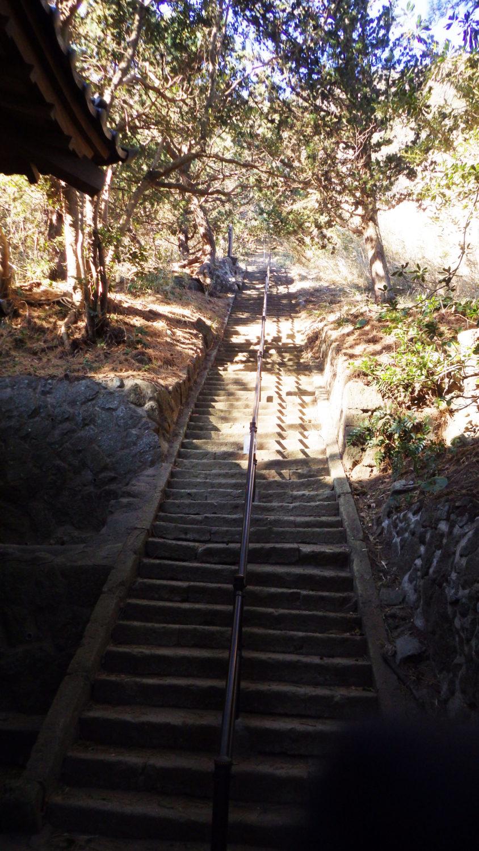 雲見浅間神社拝殿から中之宮へ320段の階段を登る