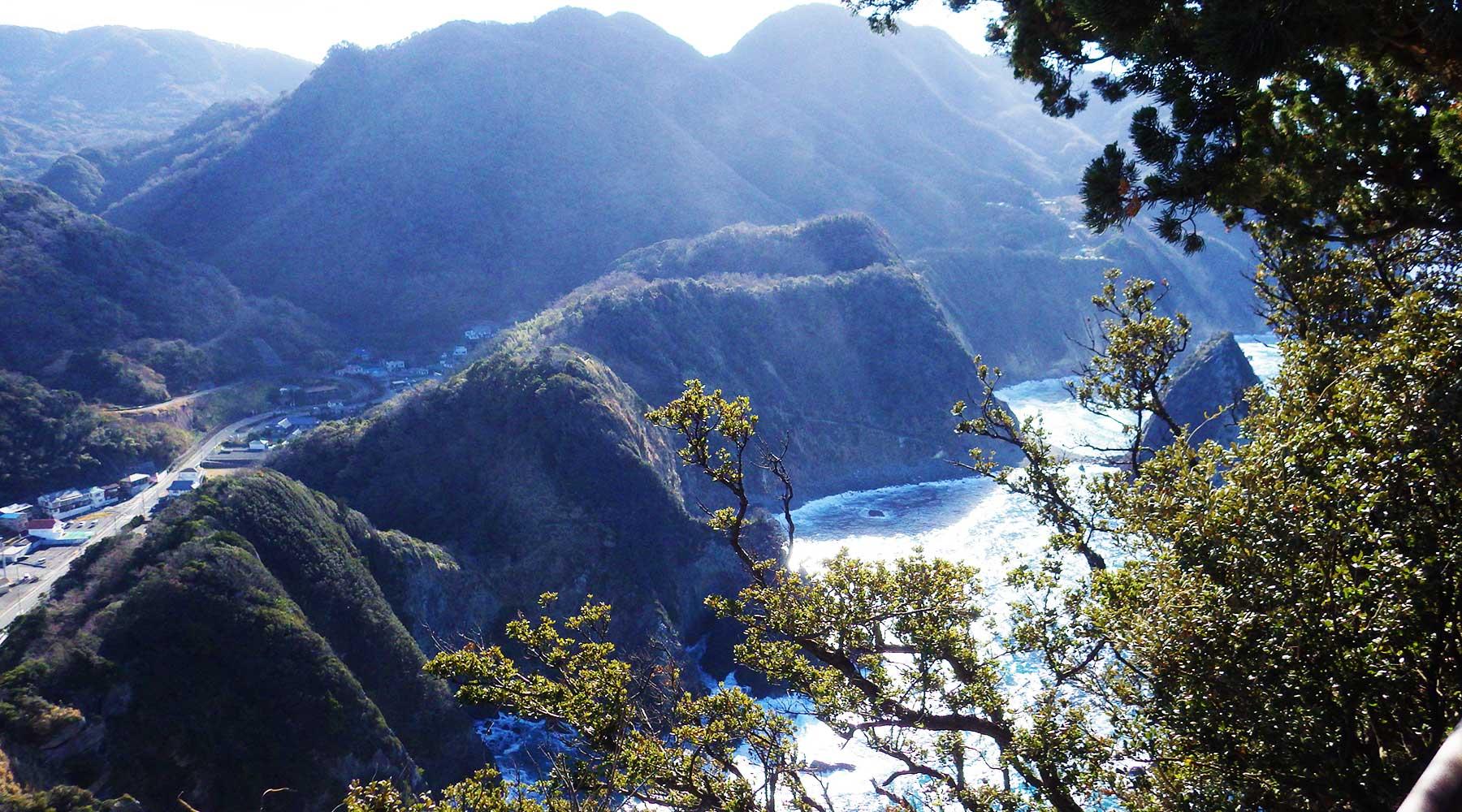 烏帽子山山頂(雲見浅間神社本殿)からみた千貫門へ下りるルート