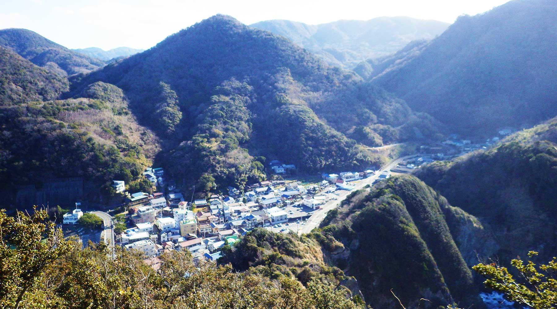 烏帽子山山頂(雲見浅間神社本殿)からみた雲見集落
