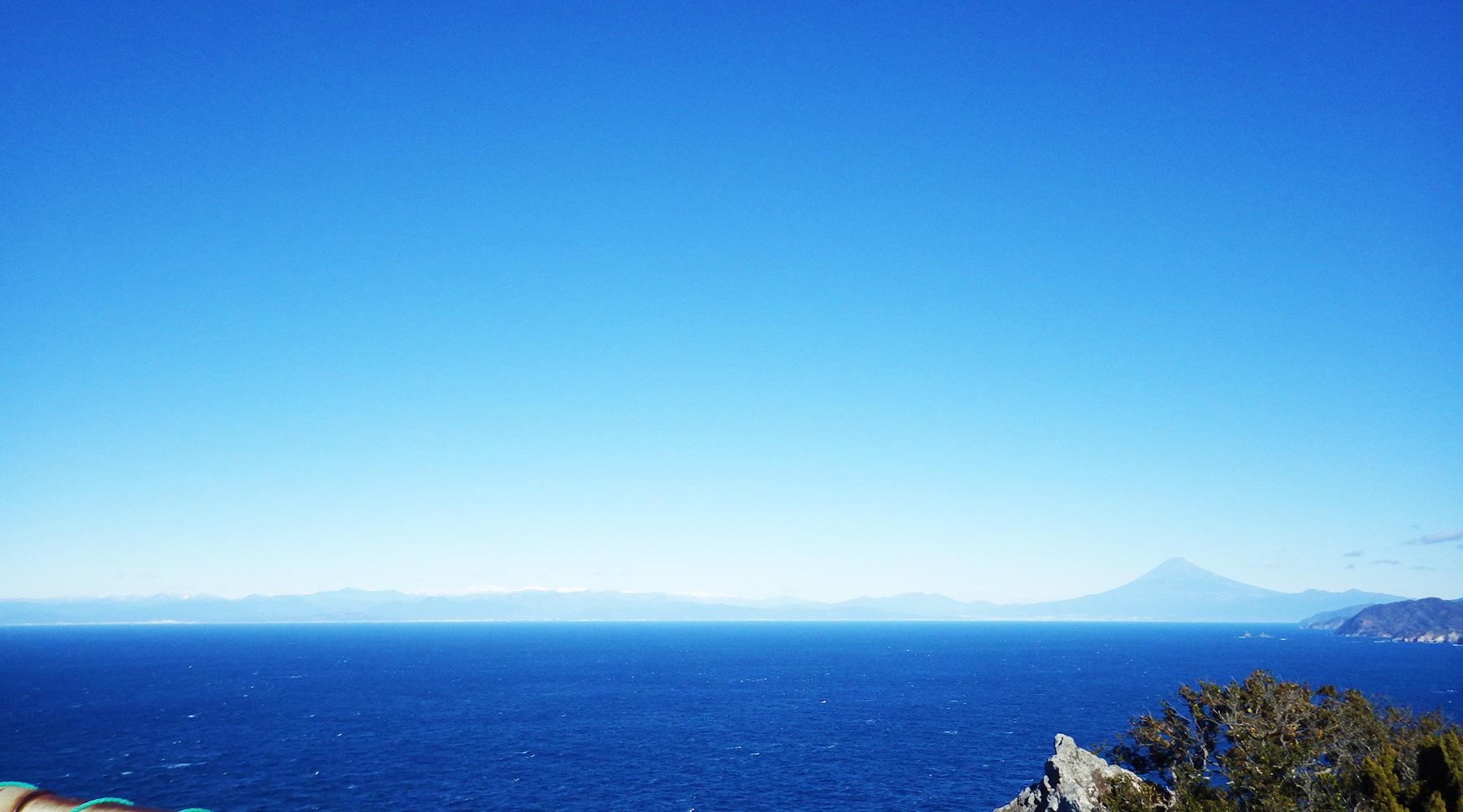 烏帽子山山頂(雲見浅間神社本殿)から見た駿河湾と富士山