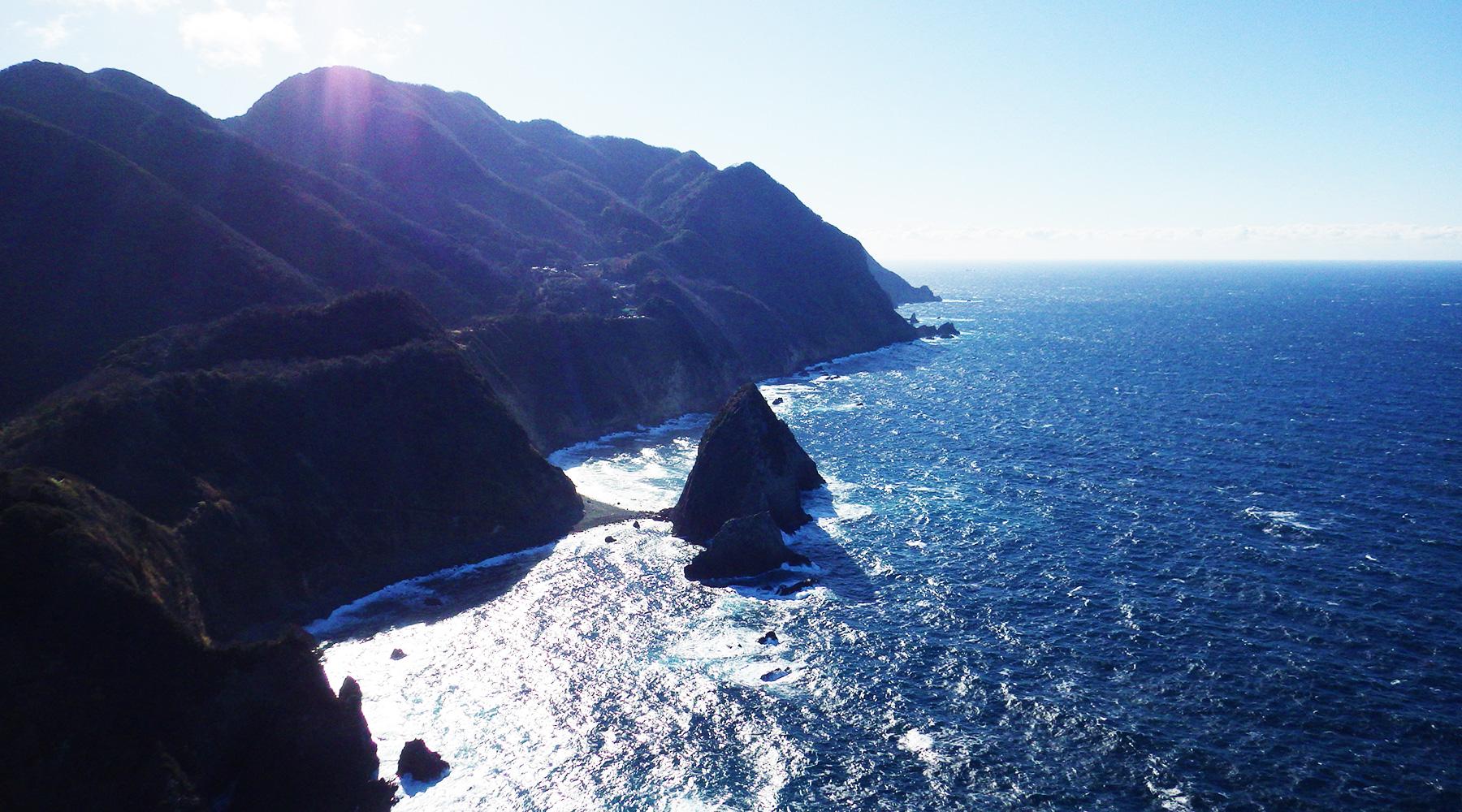 烏帽子山山頂(雲見浅間神社本殿)から見た、南側の千貫門と高通山(奥)