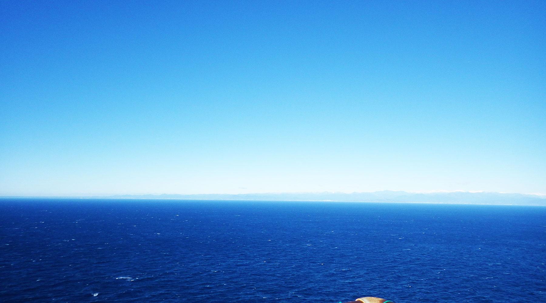 烏帽子山山頂(雲見浅間神社本殿)から見た駿河湾の向こうの御前崎