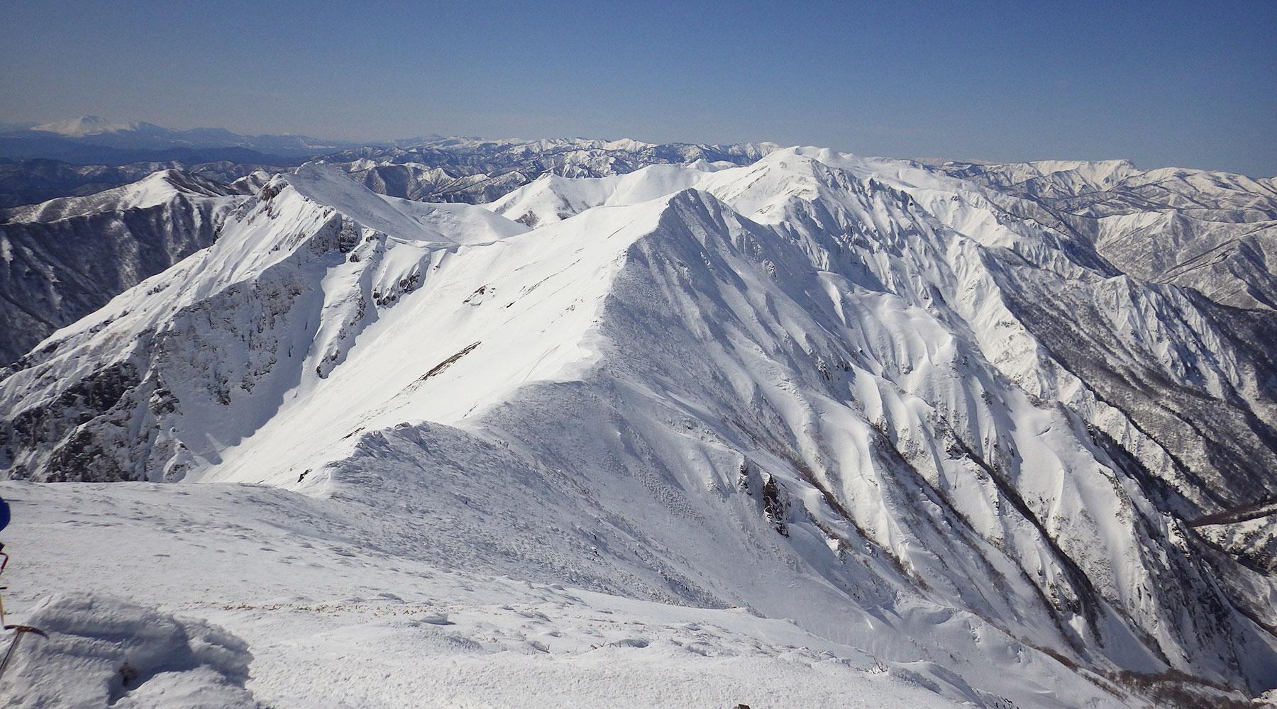 谷川岳・トマの耳から見た平標方面に続く西側の尾根