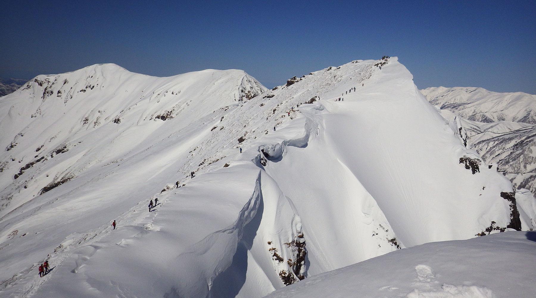 谷川岳・トマの耳から見たオキの耳と雪庇