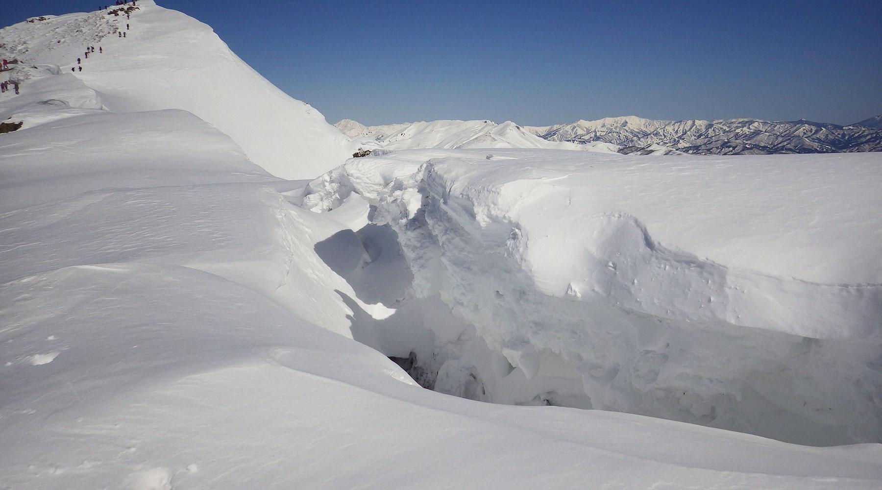 谷川岳・トマの耳~オキの耳間の雪庇の割れ目