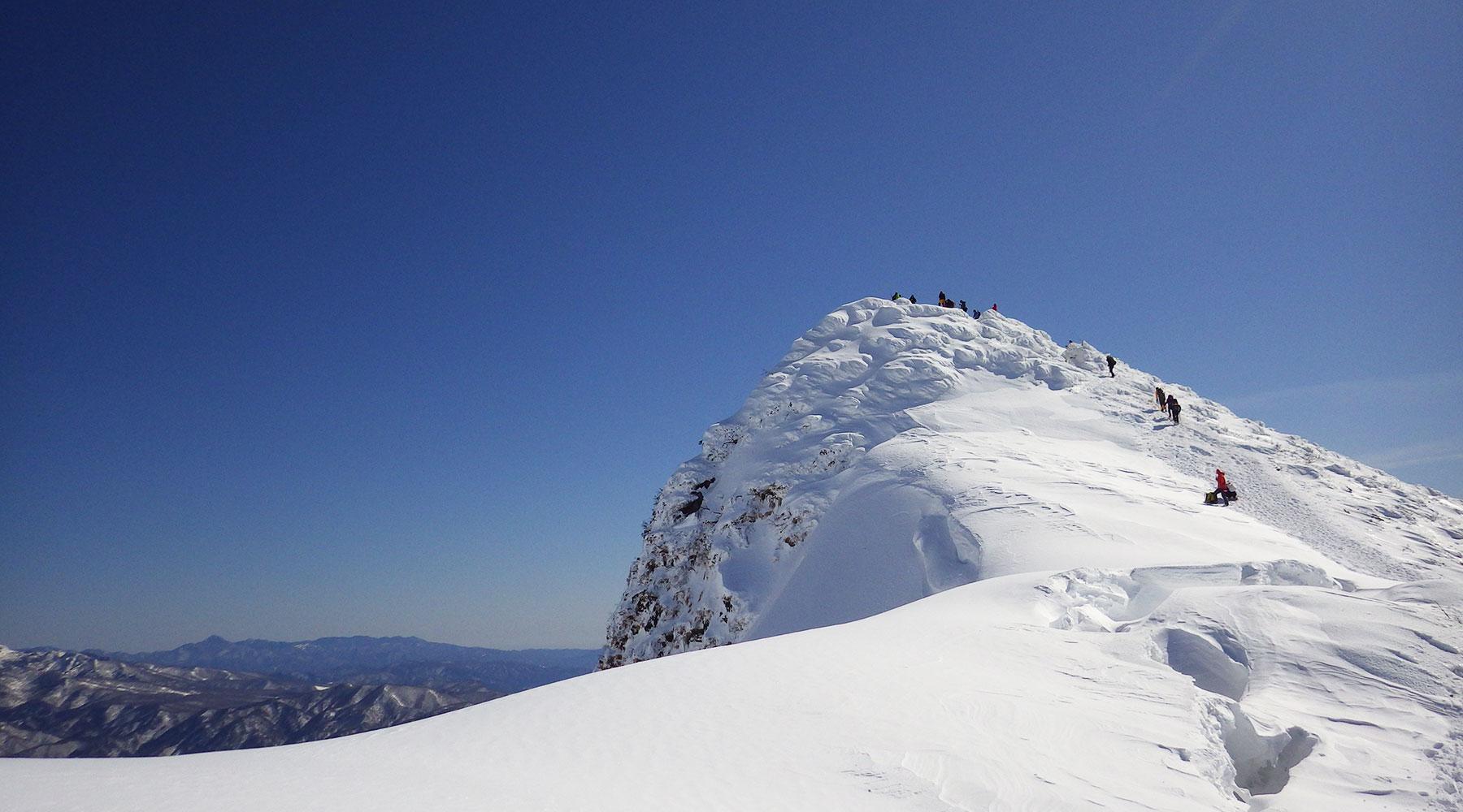 谷川岳・雪庇側から見たトマの耳