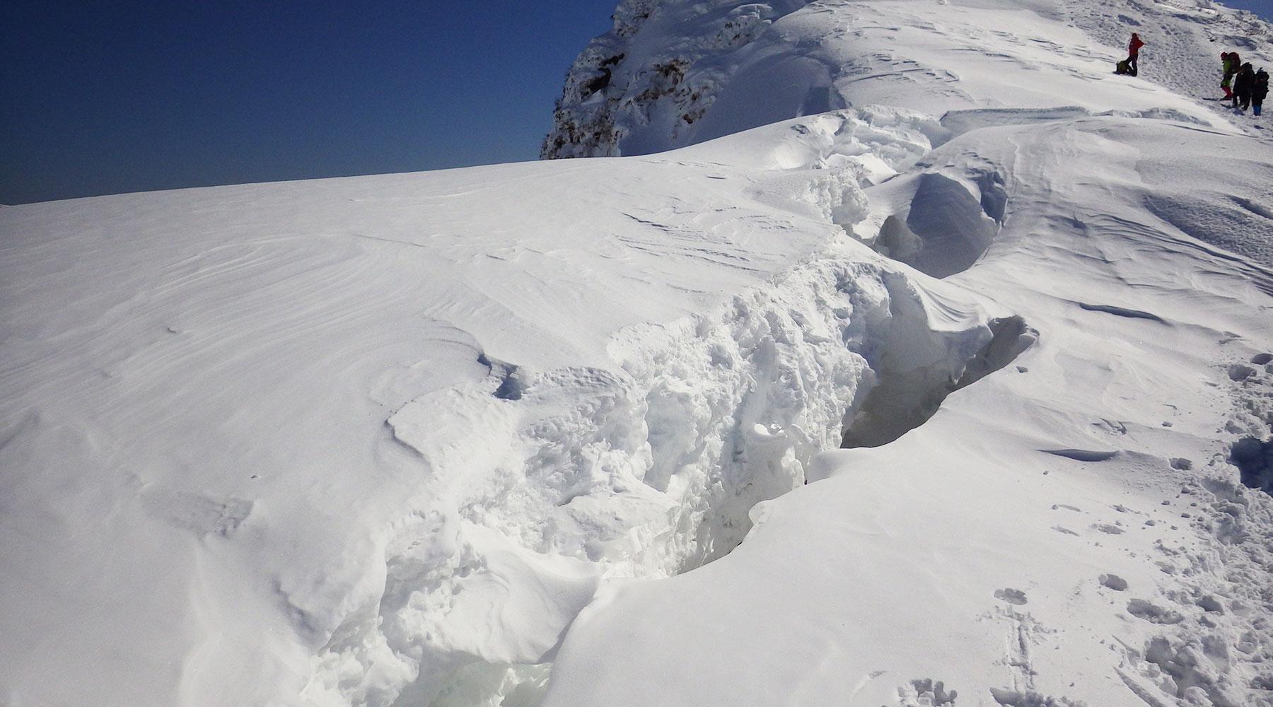 谷川岳・雪庇の根本の割れ目