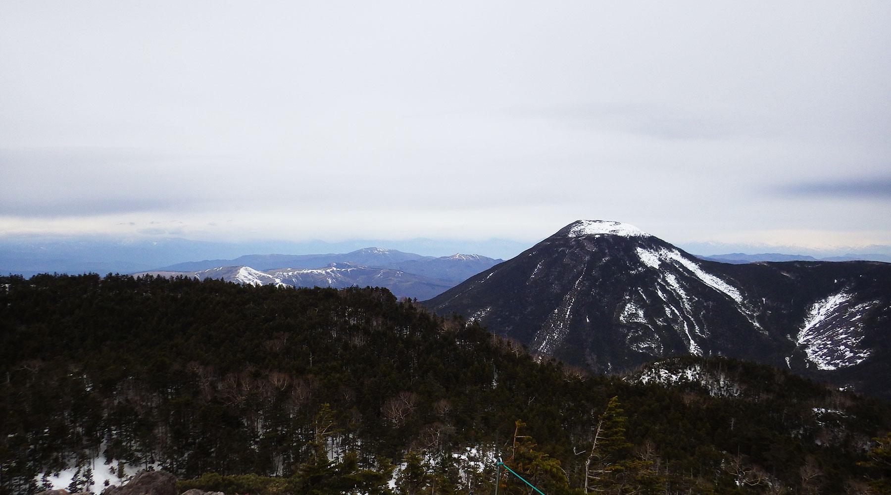 北八ヶ岳・北横岳北峰から見た蓼科山