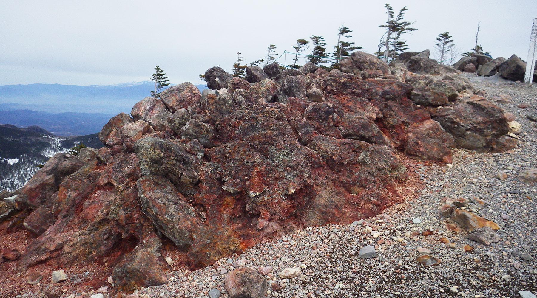北横岳山頂(北峰)の鉄鉱石を含む溶岩