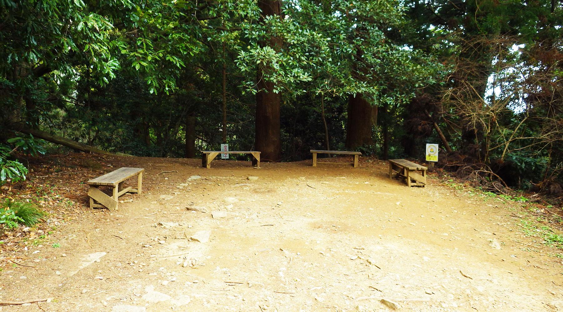 筑波山・ケーブルカー軌道中間地点の横にある休憩場所