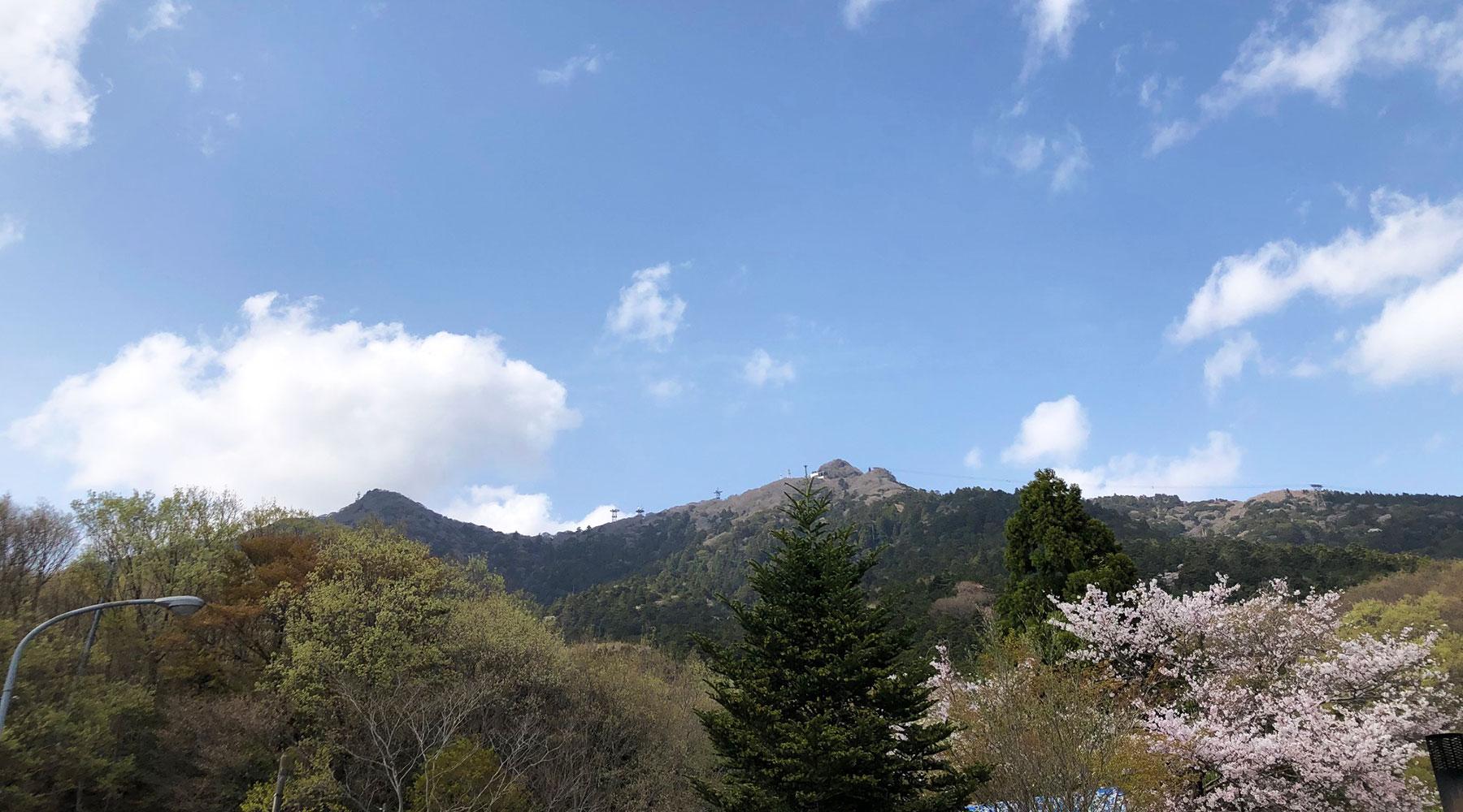 下から見上げる男体山と女体山