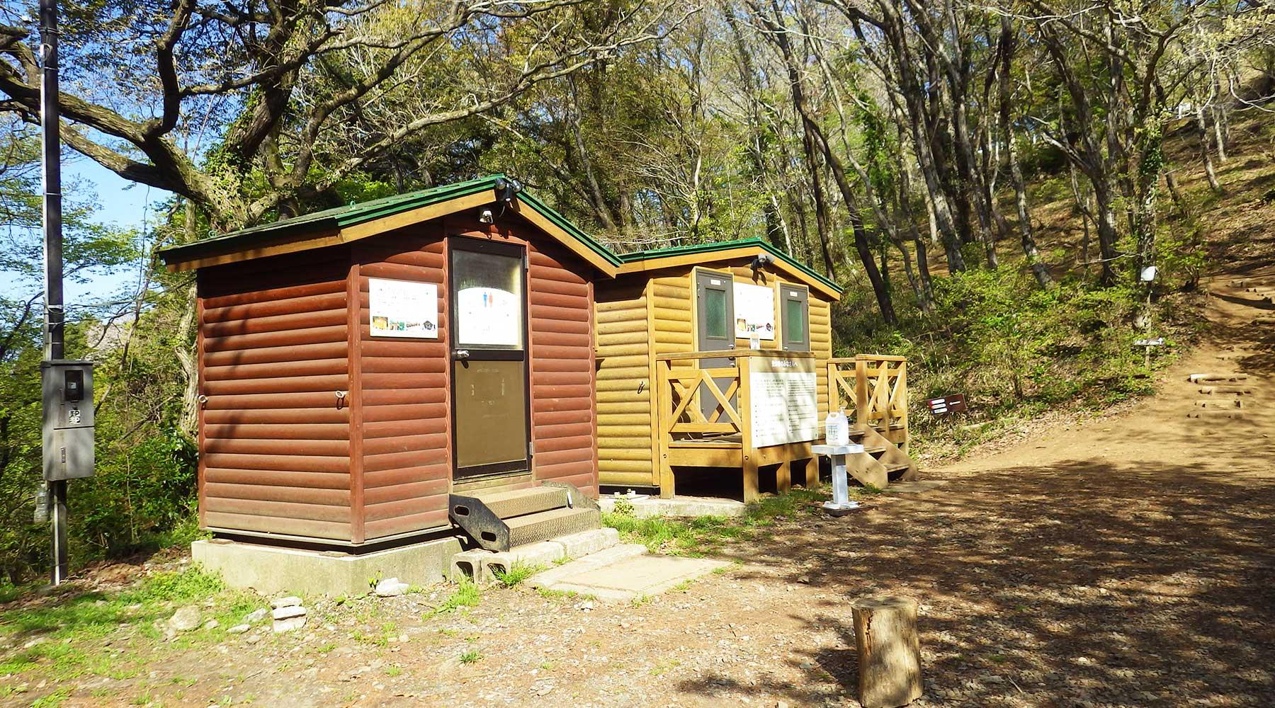 宝篋山山頂下にあるバイオトイレ
