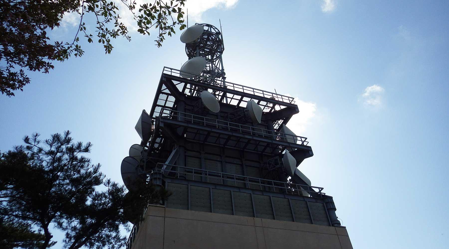 宝篋山山頂の電波塔