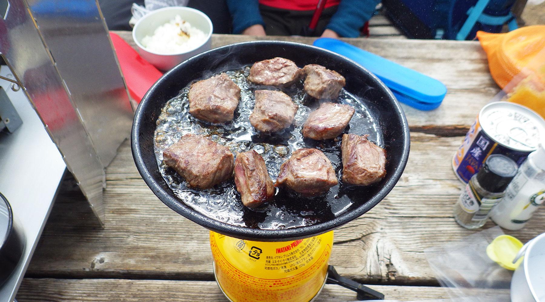 宝篋山山頂ランチ・熟成ハラミ肉のサイコロステーキ