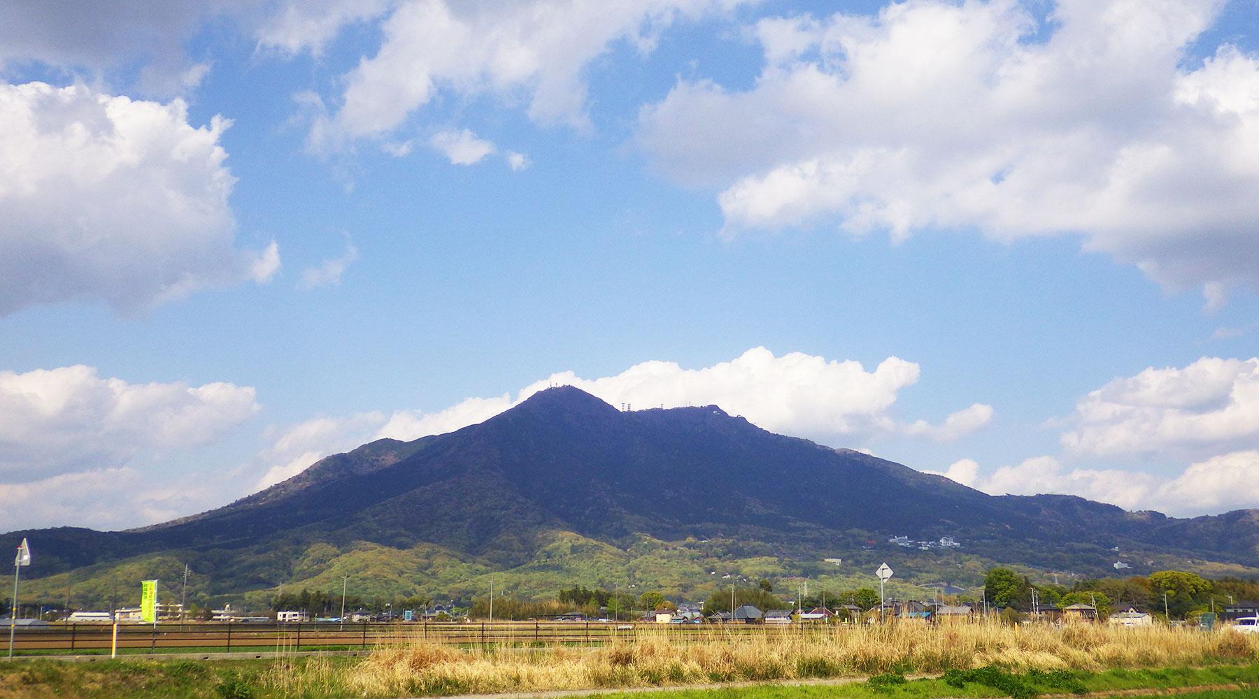 西から見た筑波山