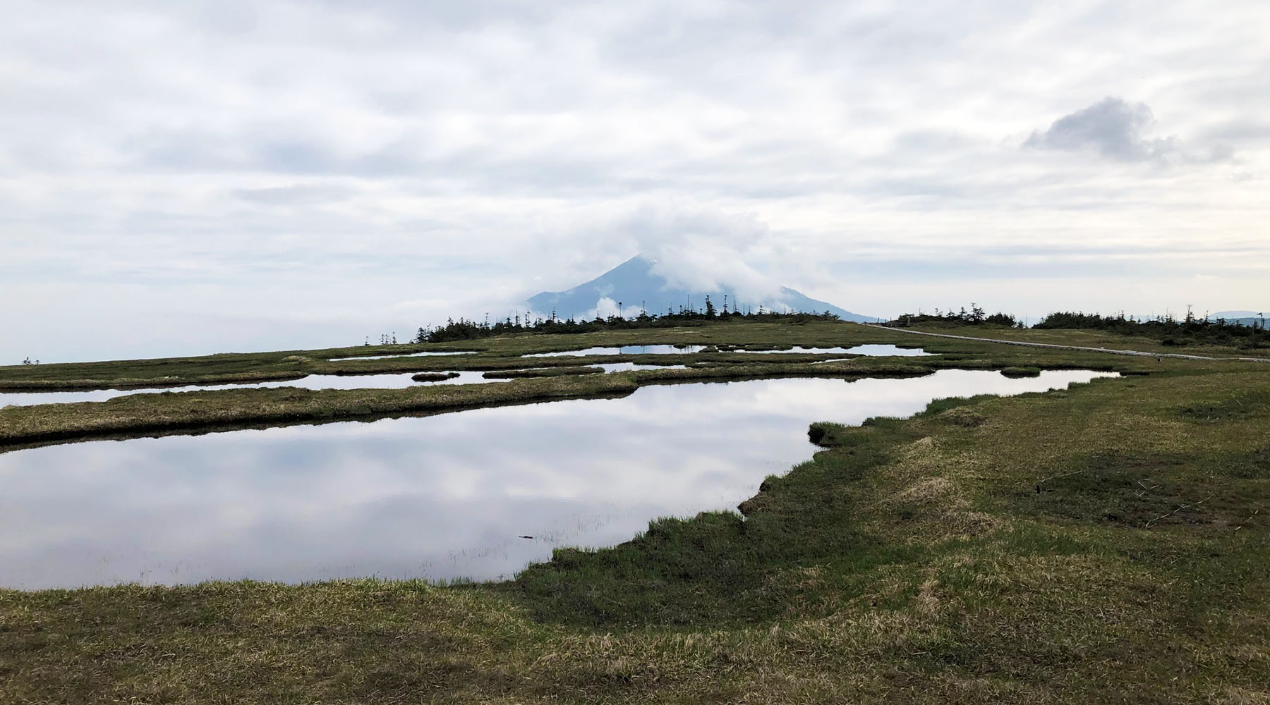 尾瀬・アヤメ平の向こうの燧ヶ岳