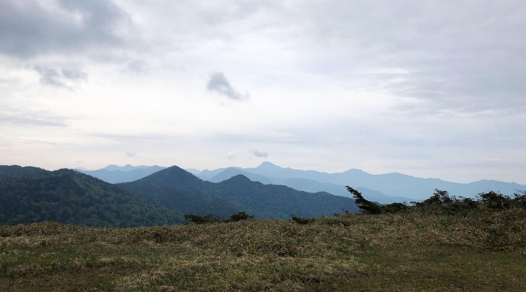 尾瀬・アヤメ平から見た皇海山方面